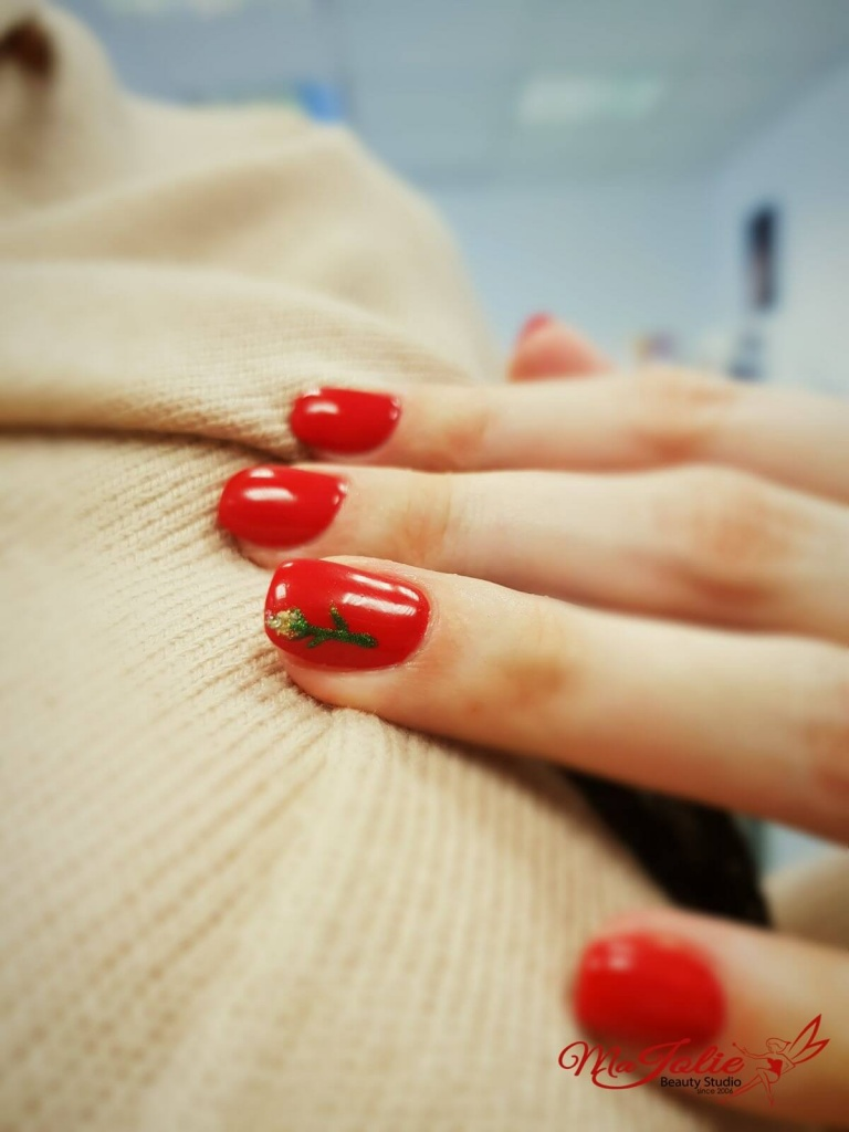 Shellac manicure mit clasic rote wien