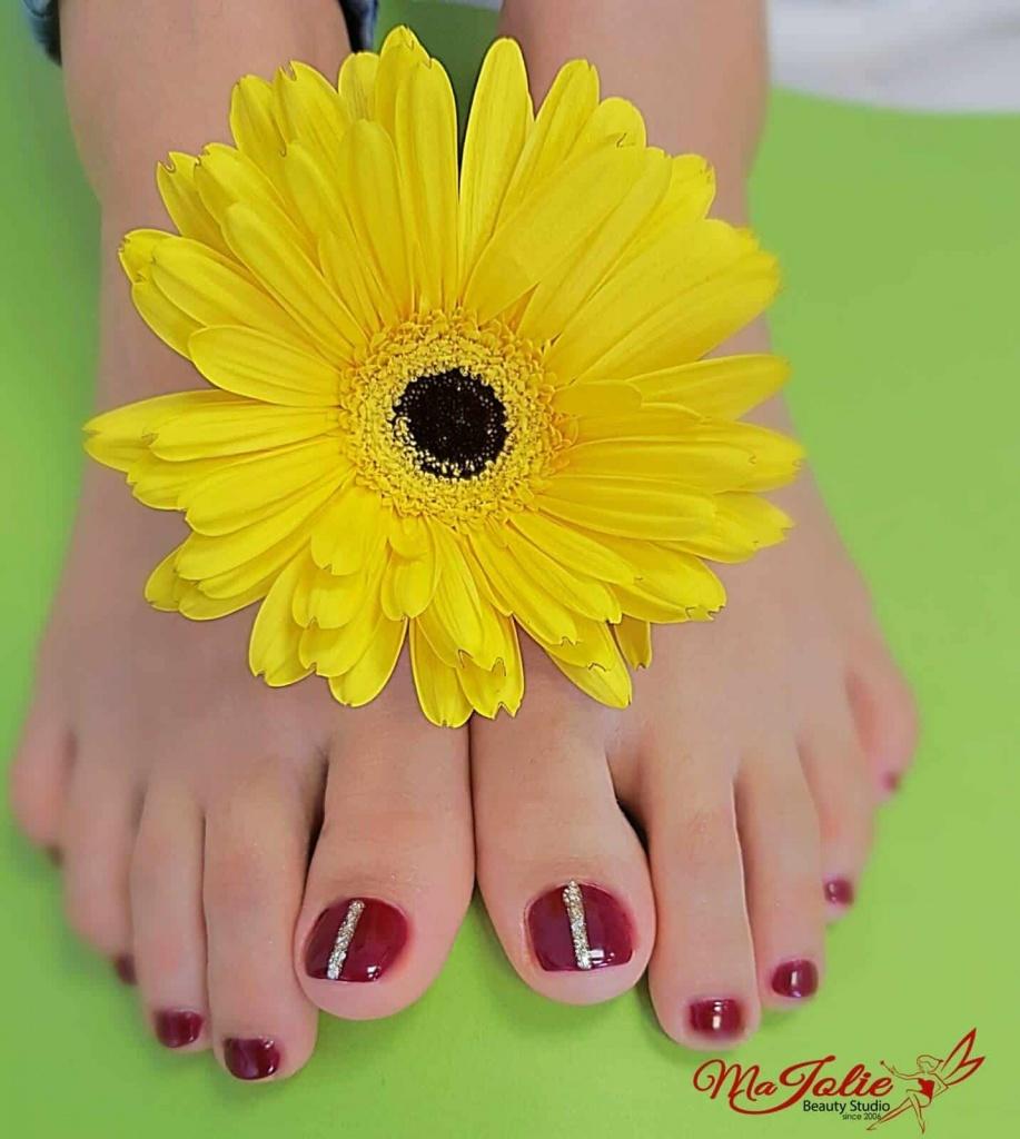 Kosmetische Pedichiure mit Gel